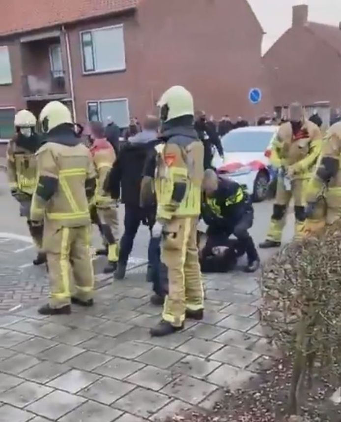 Op oudejaarsdag liep het in de Almelose wijk Sluitersveld helemaal uit de hand. Bij een arrestatie werd illegaal vuurwerk naar hulpdiensten gegooid.