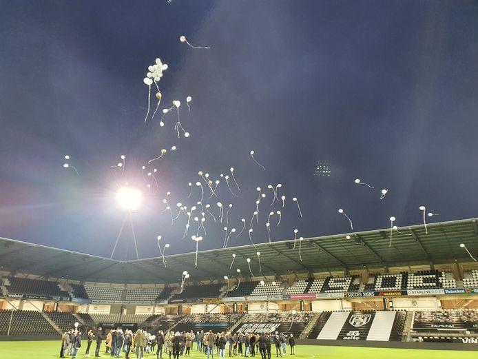 Zo'n 100 witte ballonnen als groet aan Lotte.