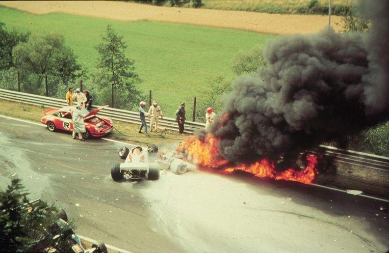 Foto van Lauda's brandende Ferrari in 1976. Beeld IMAGEGLOBE