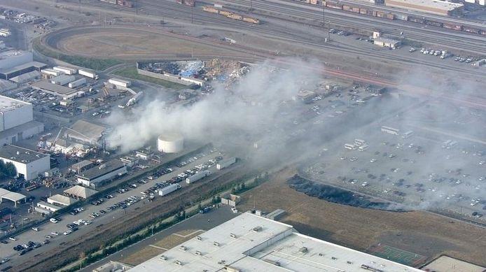 De brand in de Tesla-fabriek is vanuit de lucht duidelijk te zien