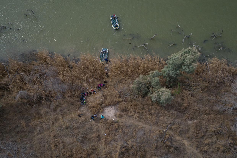 Migranten steken met hulp van smokkelaars de Rio Grande over, de VS in. Beeld REUTERS
