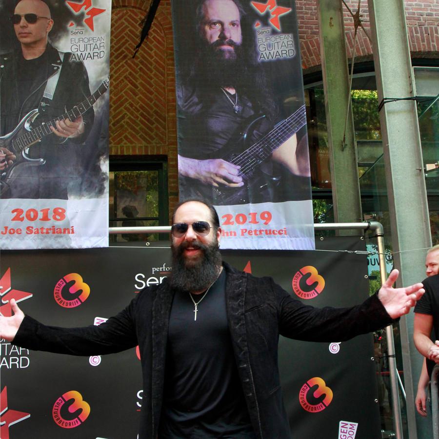 Gitaarvirtuoos John Petrucci, winnaar van de Guitar Award 2019, heeft net zijn banier onthuld. Die hangt naast de winnaar van vorig jaar, Joe Satriani.