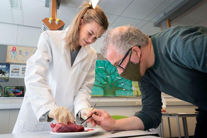 Eindexamenleerling Eef de Jong (15) snijdt in een varkenshart tijdens de laatste biologieles van docent Ronald Mattijssen.