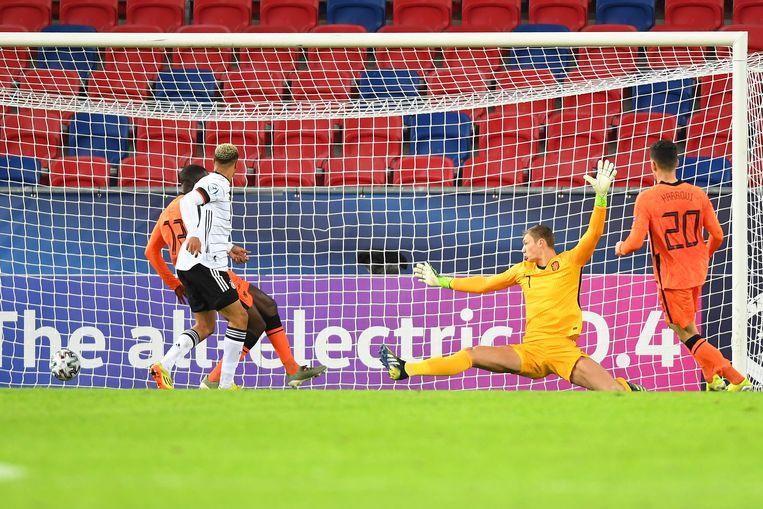 De Duitser Lukas Nmecha passeert Jong Oranje-doelman Kjell Scherpen: 1-1. Beeld Pro Shots / Paul Meima
