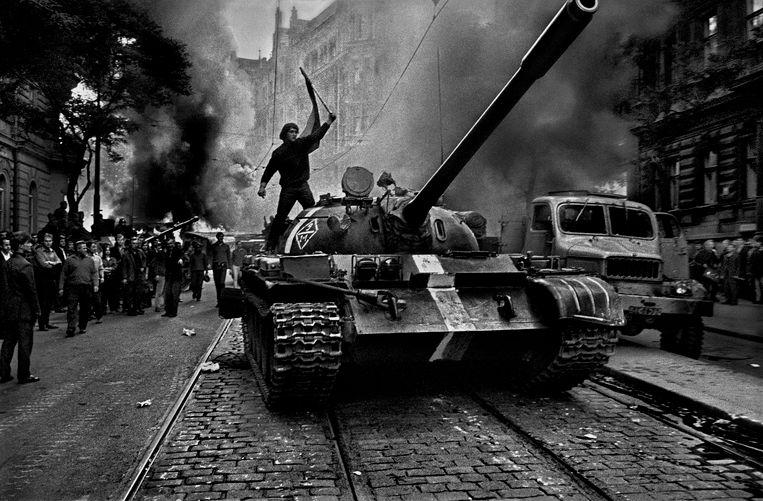 Een strijdlustige Tsjech is op een Sovjet-tank geklommen uit protest tegen de inval in augustus 1968. Beeld Josef Koudelka / Magnum Photos