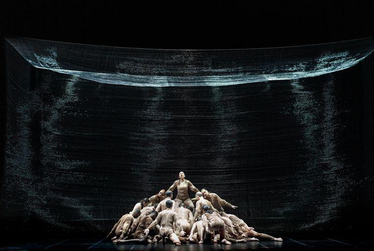 Dansers en zangers vormen in Monteverdi's 'L'Orfeo' bij de Nederlandse Reisopera één organisme, en zijn alle twintig even belangrijk. Beeld Marco Borggreve