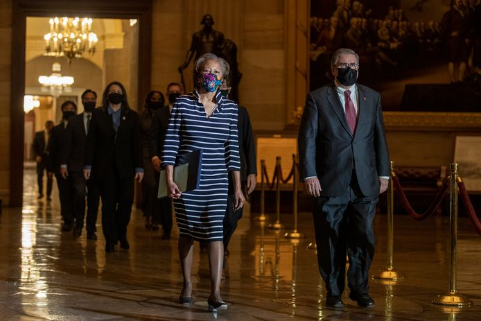 Cheryl Johnson en Timothy Blodgett brengen samen met de Impeachment managers, het document met de aanklachten tegen oud-president Donald Trump naar de Senaat.