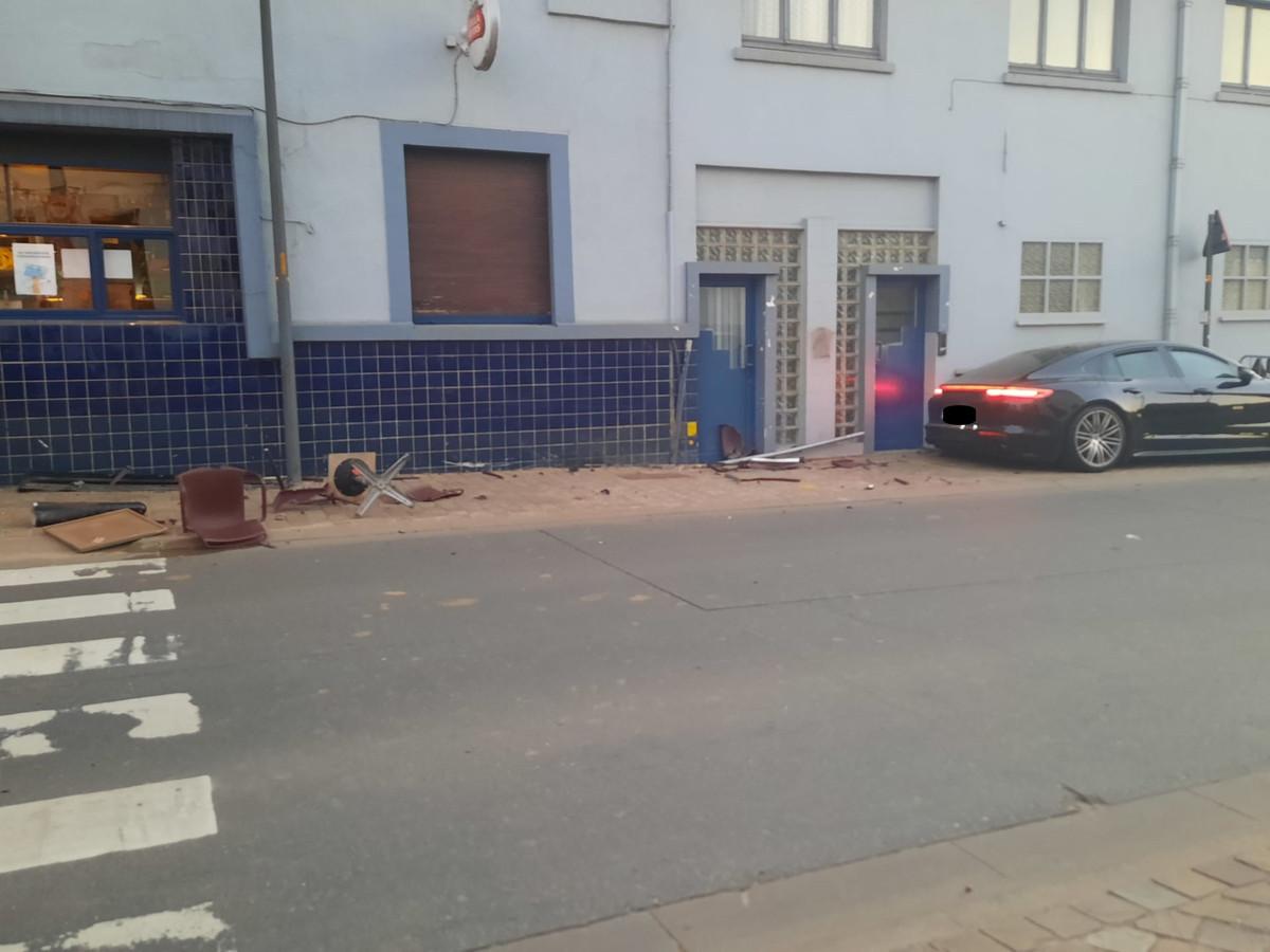 De bestuurder van een Porsche reed in op het terras van café 't Leeuwke.