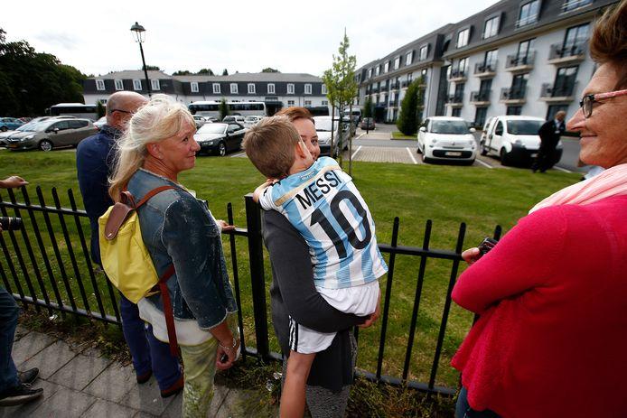 Un jeune fan de Messi à l'hôtel Van der Valk à Oostkamp, en 2015, lorsque Manchester United a affronté le Club de Bruges. Il faut s'attendre à ce que la semaine prochaine, les fans se précipitent à nouveau pour apercevoir les stars du PSG.