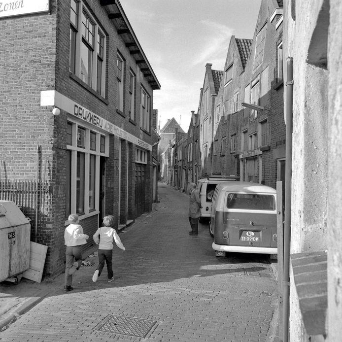 Links het pand van Holster in de Kleine Spuistraat.