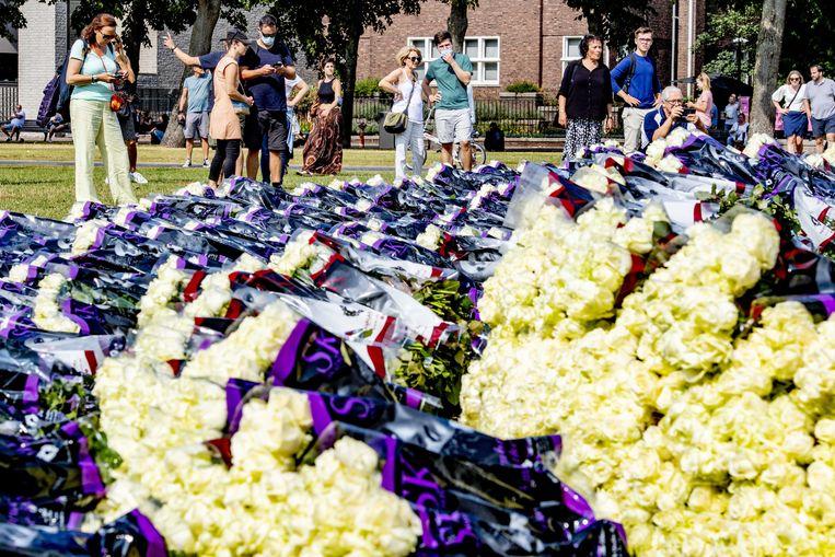 Witte rozen en demonstranten op het Museumplein tijdens de demonstratie onder het motto 'Gerechtigheid voor Bas'. Beeld EPA