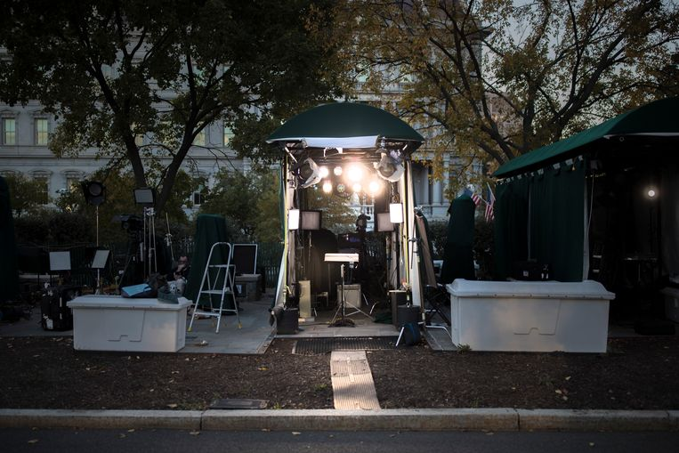 Een mediatent aan een toegangsweg naar het Witte Huis. Trump zou vier tot soms zelfs acht uur per dag tv kijken, om zich te laven aan de oorlog tussen de nieuwszenders. Beeld NYT