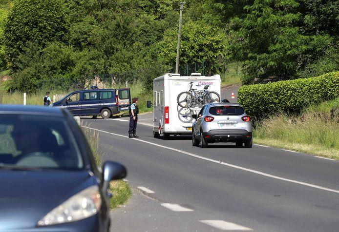 Leden van de gendarmerie houden toekomend verkeer tegen nabij Le Lardin-Saint-Lazar (Dordogne).