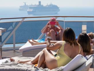 Paaslockdown in Italië, maar op zee genieten toeristen van cocktails aan het zwembad tijdens cruise