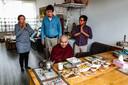 Chomar en Jim Oosterhof, monnik Candavara en Moe Nyunt Oo (vlnr) in de woonkamer bij de familie Oosterhof.