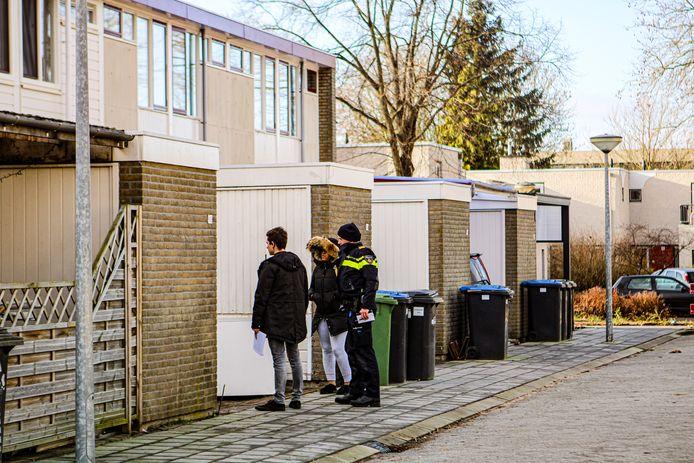 Politie bij de Zandbank in Lelystad.