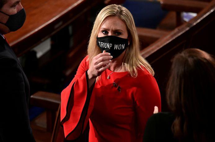 """Afgevaardigde Marjorie Taylor Greene (46) uit Georgia droeg bij haar eedaflegging begin januari een mondmasker met de boodschap """"Trump won."""""""