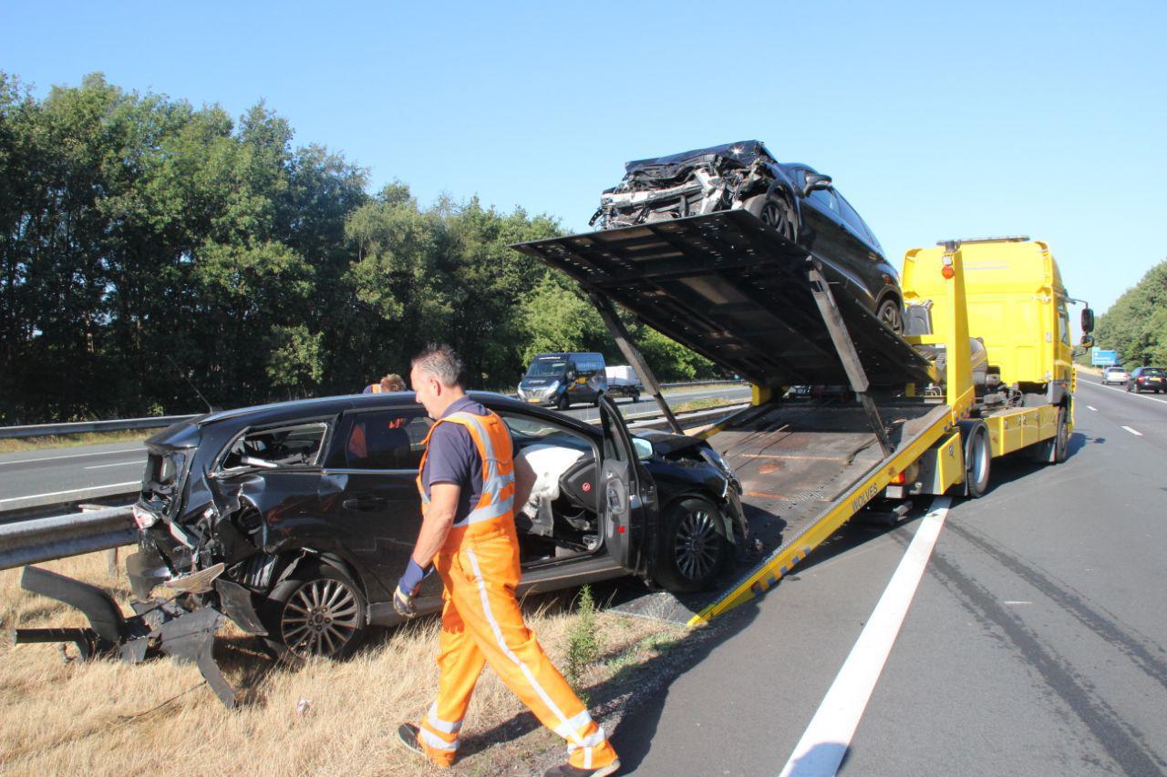 Twee auto's die zijn betrokken bij het ongeval worden afgevoerd.