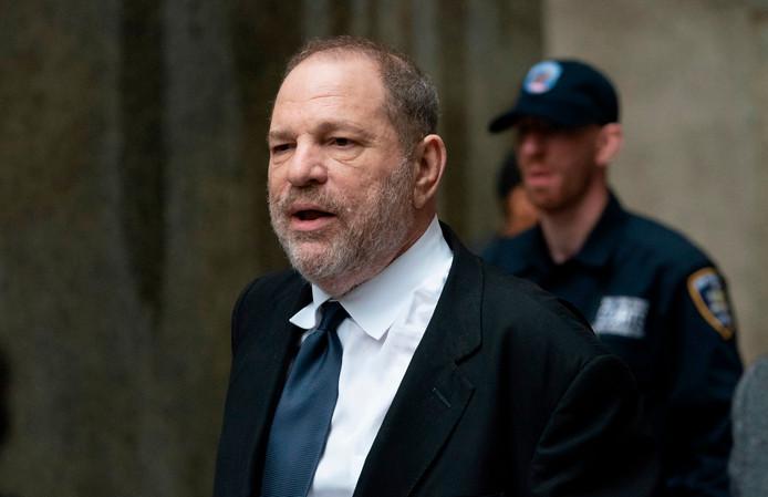 Filmproducent Harvey Weinstein verlaat het gerechtsgebouw na de zitting achter gesloten deuren waarin de rechter besloot het proces tegen hem opnieuw uit te stellen.
