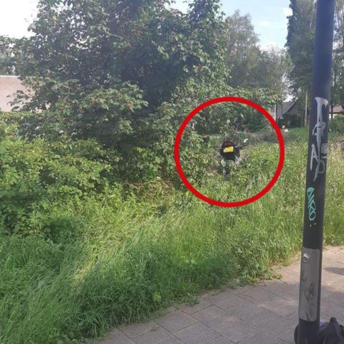 De motor van de broer die vergeefs via het fietspad probeerde te vluchten.