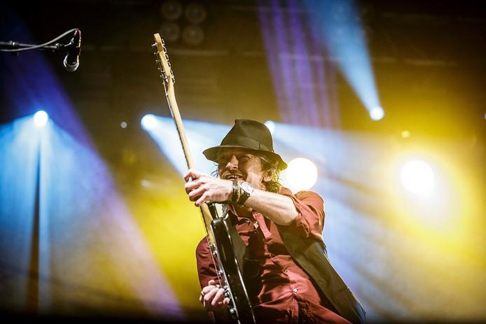 Gitarist Jan Wilm Tolkamp geniet tijdens het concert in Steenwijkerwold.