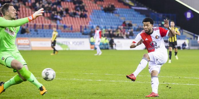 Feyenoord komt op voorsprong. Tonny Vilhena rondt na 21 minuten alleen voor doelman Remko Pasveer af na een counter van Feyenoord: 0-1.