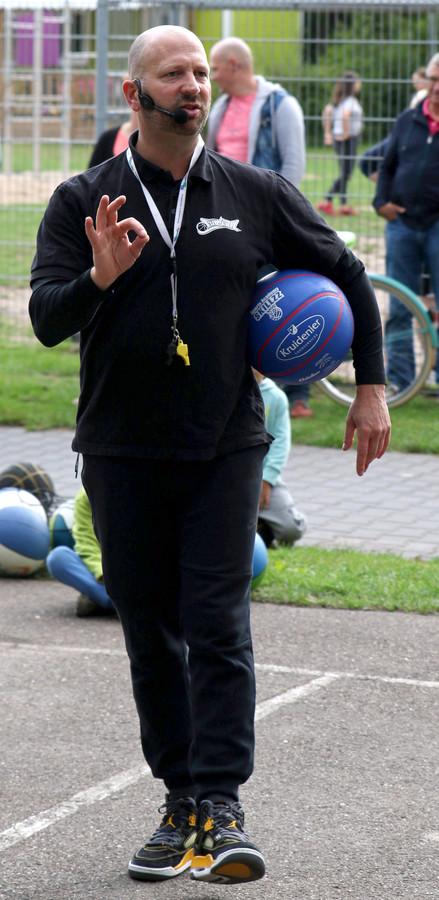 Roel Stuifmeel in actie tijdens een clinic tegen pesten. Foto Benno Elsenaar
