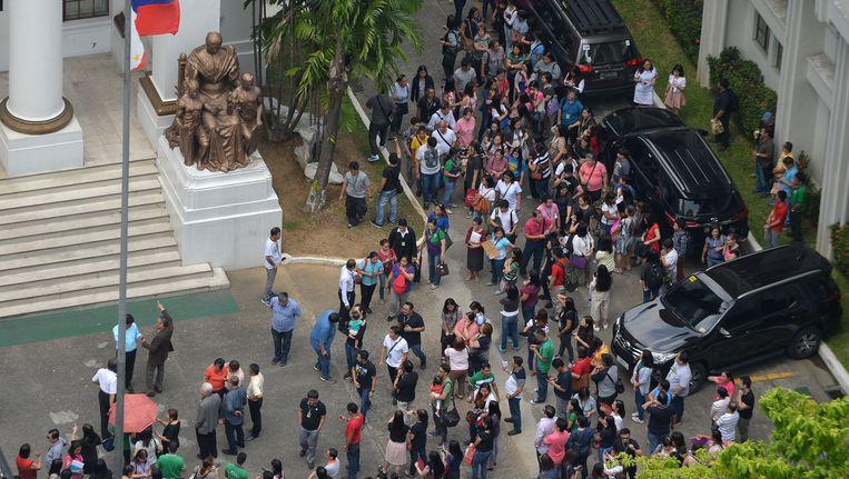 Inwoners van Manilla kwamen vandaag op straat meteen na de aardbeving. Beeld afp