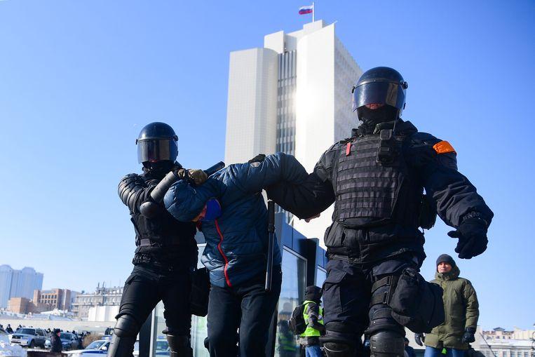 De politie arresteert een demonstrant in de stad Vladivostok.  Beeld AFP