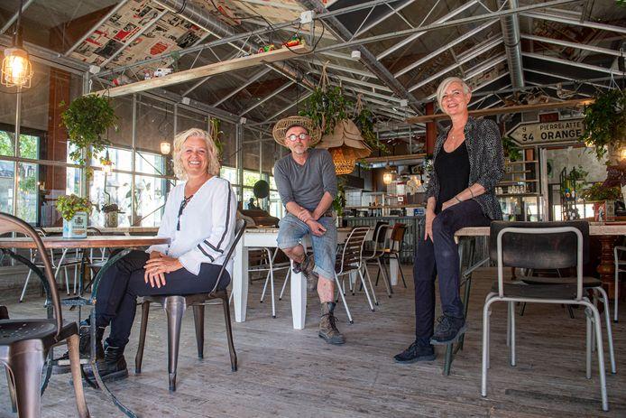 Arnaud Gravet, Marielle Heere (rechts) en Patricia Tiemessen van BAS Bites and Store: 'Veel komt van de sloop'.