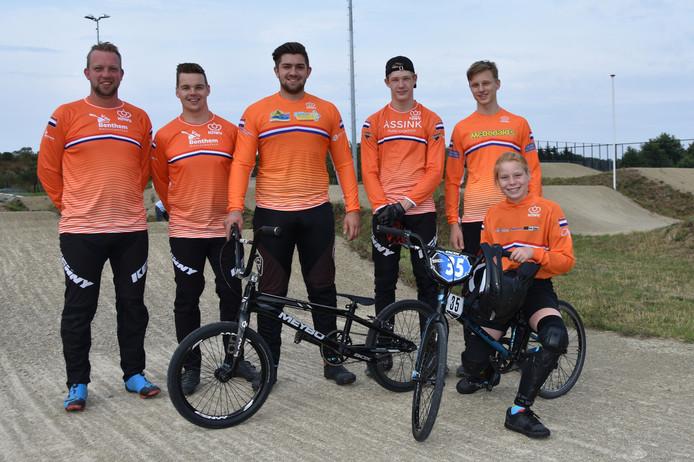De zes rijders van Het Twentse Ros, met rechts Maura Jansen.