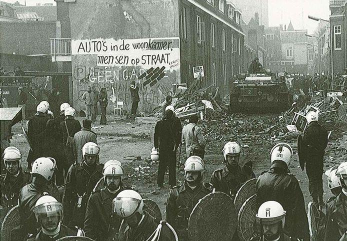 De Piersonstraat in Nijmegen in 1981 na de ontruiming van kraakpand De Eenhoorn.