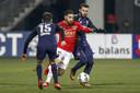 FC Twente speler Cristian Cuevas (l) in duel met AZ speler Alireza Jahanbakhsh (m) en FC Twente speler Oussama Assaidi