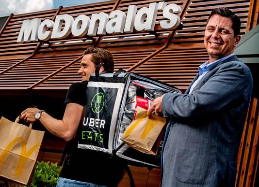 Manu Steijaert, baas van McDonald's Nederland, met een bezorger van UberEats. De fastfoodgigant bezorgt sinds vorig jaar ook in enkele grote steden.