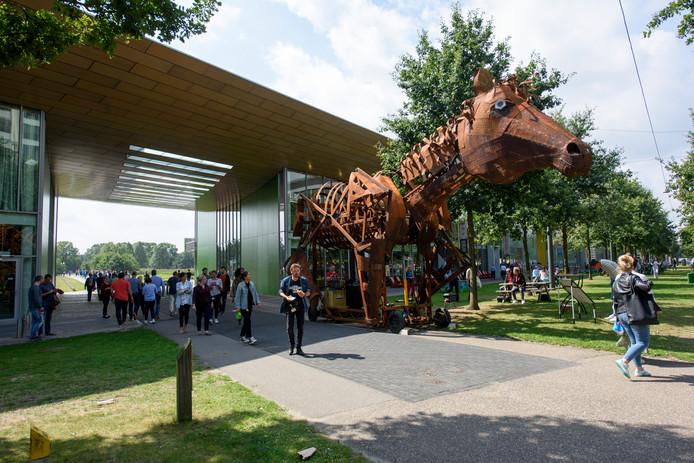 Het stalen ros van wagenbouwersgroep Schenkels gistermiddag op de High Tech Campus in Eindhoven.