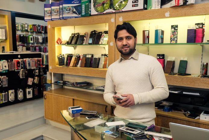 Mustafa Hassankhil in zijn telefoonwinkel in de Hoogstraat.