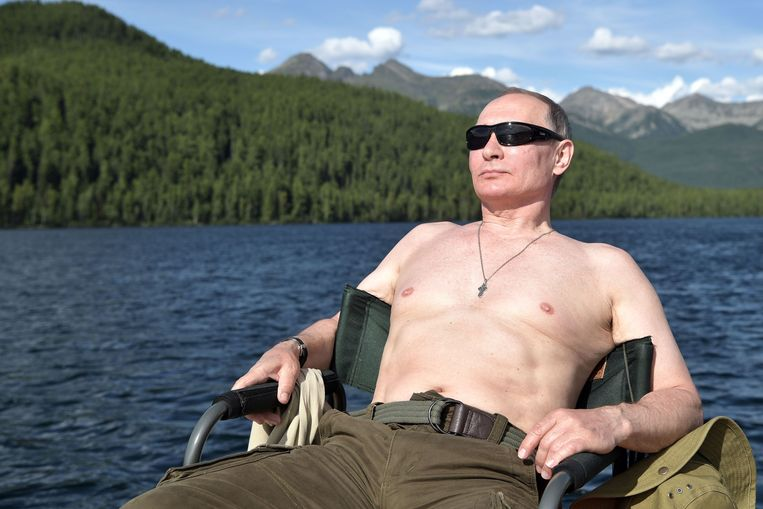 TOPSHOT - Russian President Vladimir Putin sunbathes during his vacation in the remote Tuva region in southern Siberia. The picture taken between August 1 and 3, 2017. / AFP PHOTO / SPUTNIK / Alexey NIKOLSKY Beeld AFP