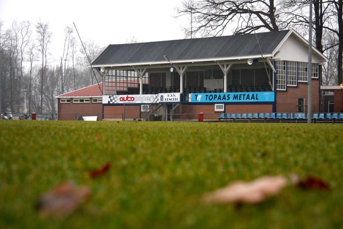 De 'Engelse' tribune van HVV Hengelo op sportpark De Waarbeek.