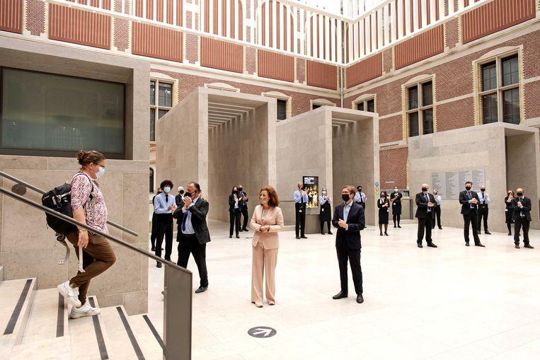 Minister Ingrid van Engelshoven van Cultuur en directeur Taco Dibbits heten de bezoekers welkom tijdens de heropening van het Rijksmuseum begin deze maand. Beeld ANP