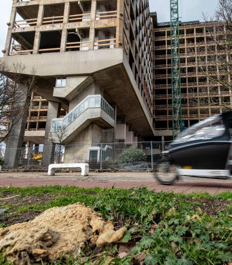 Omwonenden van voormalig ING-kantoor in Arnhem zijn regen van piepschuim, stof en glaswol beu