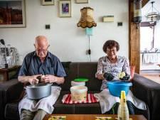 Frans (83) en Lenny (80) uit De Lutte bakken jaarlijks zo'n 1500 appeltaarten: 'Recept is al 17 jaar hetzelfde'