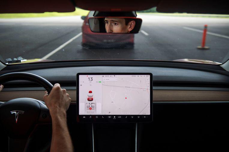 De camera zit in de achteruitkijkspiegel van Tesla's Model 3. Beeld Reuters