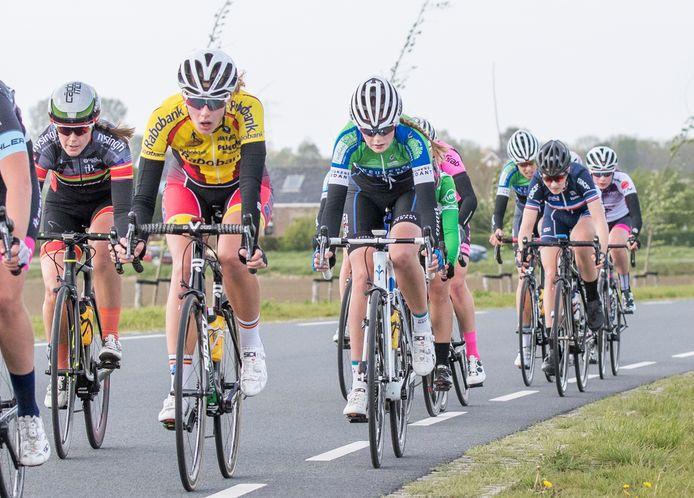 Een beeld uit de tot nu toe laatste EPZ Omloop van Borsele, met onder andere Quinty van de Guchte (midden in beeld met witte fiets, helm en schoenen).