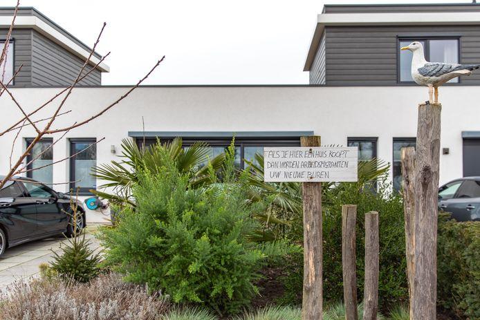 Een omwonende van de oude mavo in Wissenkerke waarschuwt toekomstige kopers van de geplande nieuwbouw voor de komst van arbeidsmigranten.