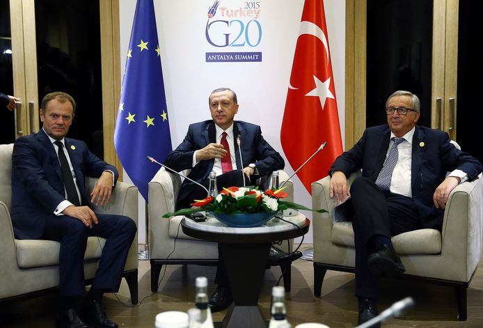 Voor Von der Leyens voorganger Jean-Claude Juncker (r) stond in november 2015 wél een stoel klaar tijdens de ontmoeting van hem en de toenmalige Europese Raadsvoorzitter Donald Tusk (l) met Erdogan.