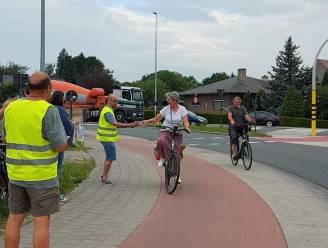 Applaus en chocolaatjes voor fietsers aan kruispunt Vijfhuizen