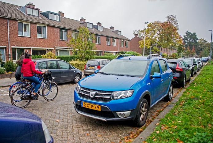 Parkeerdrukte in de Kruidenbuurt in Rotterdam-Ommoord, een oplossing is er voorlopig niet voor de wijk bij de A20.