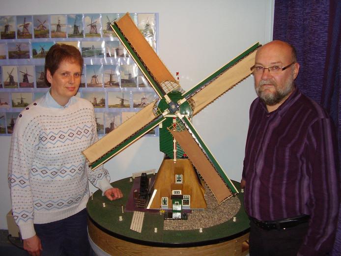 John Verpaalen (met Ina Munnik) bij een waarheidsgetrouwe maquette van de 19e-eeuwse bergmolen in Nispen. Foto uit 2010 van Leen Devulder.