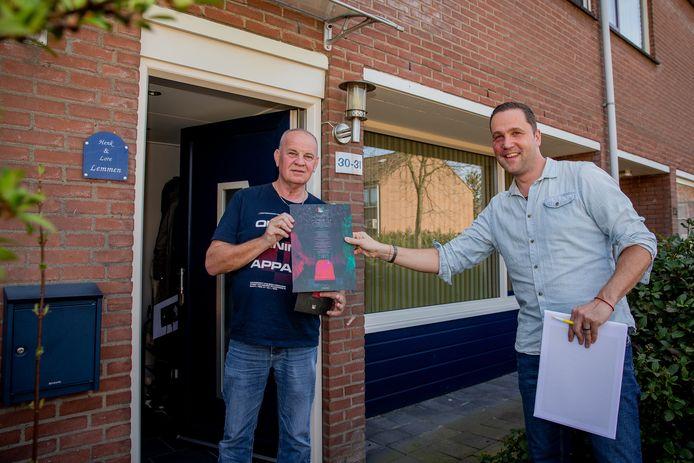 Seizoenkaarthouder Henk Lemmen ontvangt een kunstwerk van NEC-medewerker Pim van Hulst.
