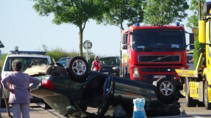 Getuigen sleuren manuit wrak terwijl benzine lekt